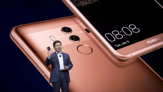 Richard Yu, director ejecutivo de Huawei Technologies Co., sostiene el teléfono inteligente Mate 10 Pro mientras hablaba en el evento principal de la compañía en el 2018 Consumer Electronics Show (CES) en Las Vegas, Nevada, EE. UU., El martes 9 de enero de 2018 .