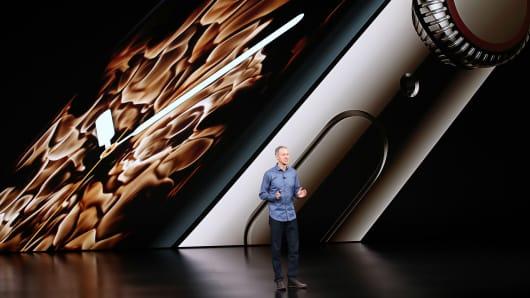 Jeff Williams, director de operaciones de Apple Inc., habla durante un evento de Apple en el Steve Jobs Theater en Apple Park el 12 de septiembre de 2018 en Cupertino, California.