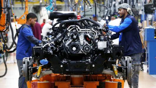 Los trabajadores de montaje de Fiat Chrysler Automobiles construyen 2019 camionetas Ram en la planta de ensamblaje de FCA Sterling Heights en Sterling Heights, Michigan, el 22 de octubre de 2018.