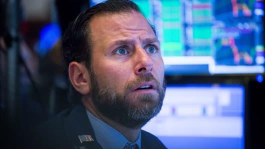 Un comerciante trabaja en el piso de la Bolsa de Nueva York (NYSE) en Nueva York, EE. UU., El viernes 2 de noviembre de 2018.