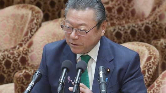Yoshitaka Sakurada, de 68 años, el subjefe de la oficina de estrategia de seguridad cibernética del gobierno ha provocado asombro al admitir que nunca ha usado una computadora en su vida profesional.