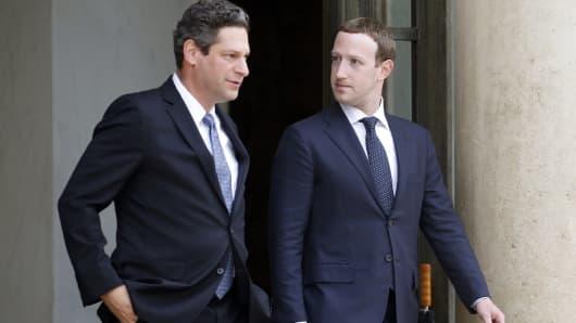 El vicepresidente de política pública mundial de Facebook, Joel Kaplan, y el director general de Facebook, Mark Zuckerberg, abandonaron el Palacio Presidencial del Elíseo después de una reunión con el presidente francés, Emmanuel Macron, el 23 de mayo de 2018 en París, Francia.