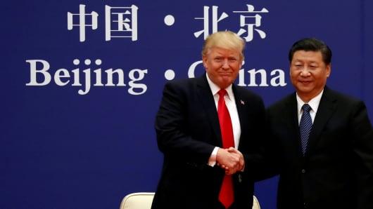 El presidente Donald Trump y el presidente de China, Xi Jinping, se reúnen con líderes empresariales en el Gran Palacio del Pueblo en Beijing, China, el 9 de noviembre de 2017.