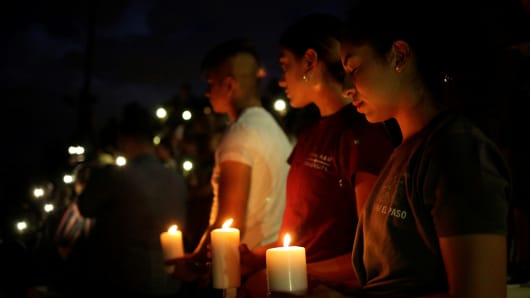 Mourners taking part in a vigil at El Paso High School after a mass shooting at a Walmart store in El Paso, Texas, U.S. August 3, 2019. REUTERS/Jose Luis Gonzalez