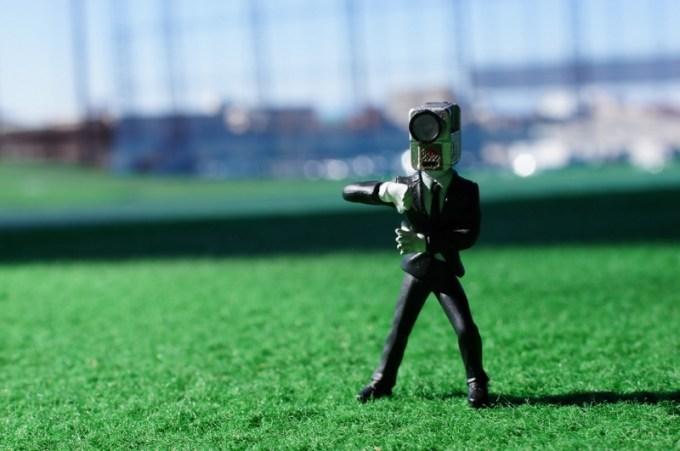 芝生の上で立っている映画泥棒キャラクター