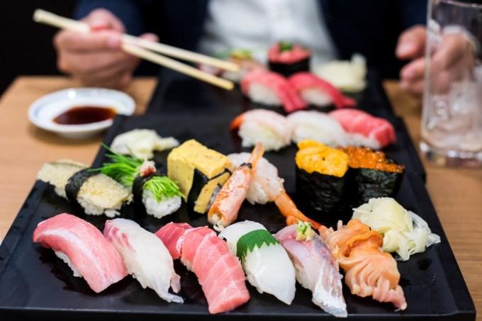 綺麗に盛り付けられ並んだ寿司