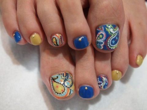 Paisley pattern toe nail art