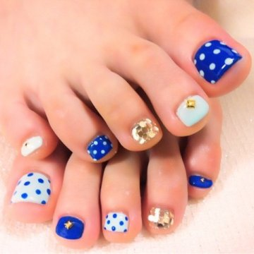 cute toe nail design polkadots