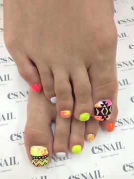 neon geometric toe nail design