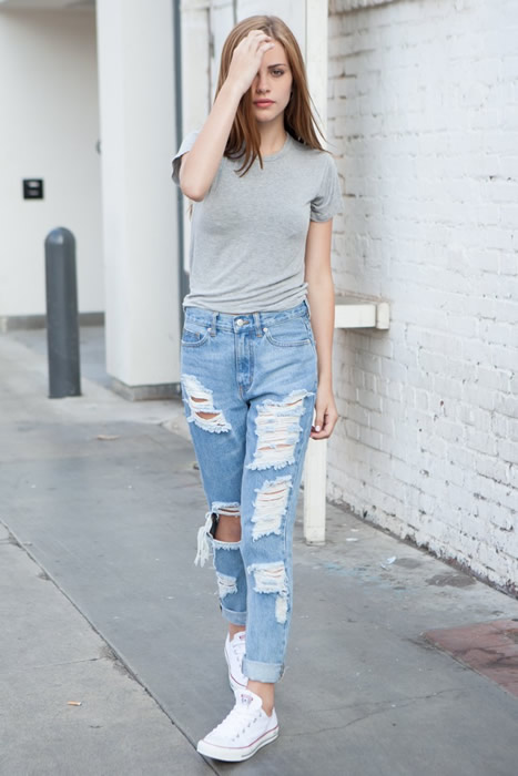 t shirt cuffed boyfriend jeans sneakers outfit
