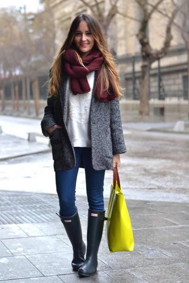 gray rainboots with skinny jeans