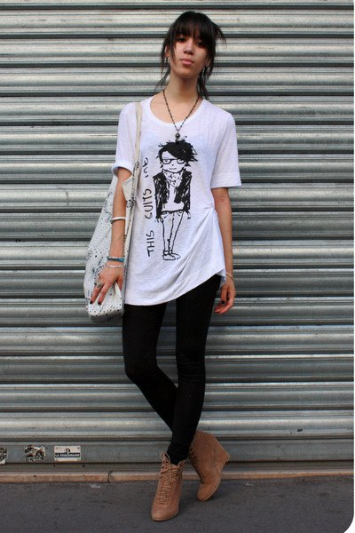 black leggings ankle boots white oversized t shirt