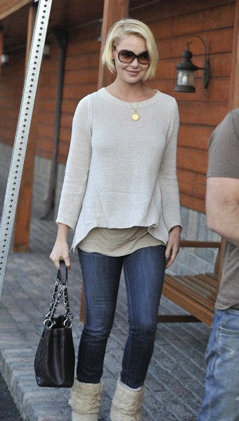white boat neck sweater dark blue skinny jeans
