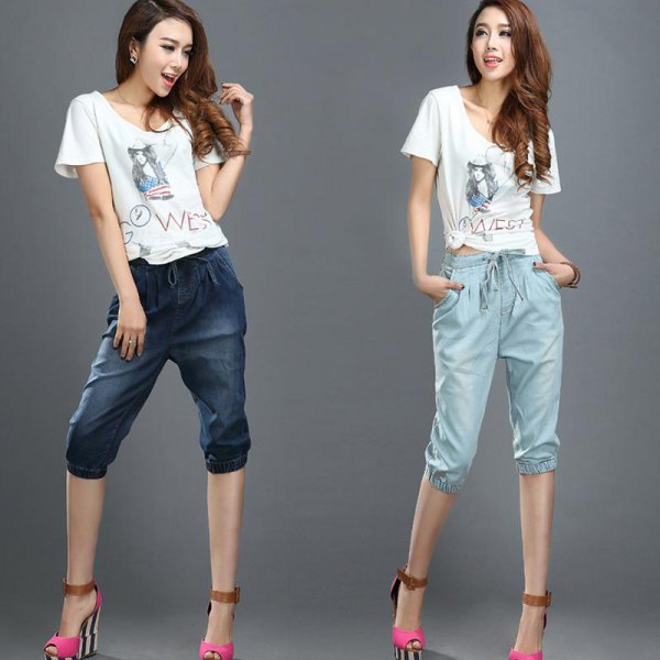 white print tee cropped elastic waist jeans