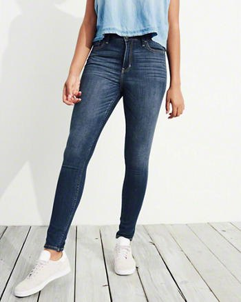 light blue sleeveless blouse dark blue stretch skinny jeans