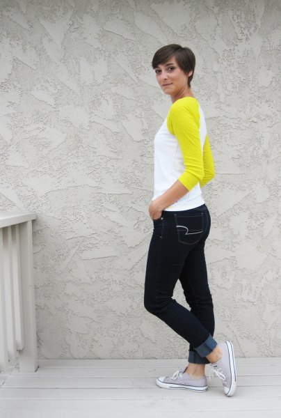 yellow and white baseball t shirt black skinny jeans