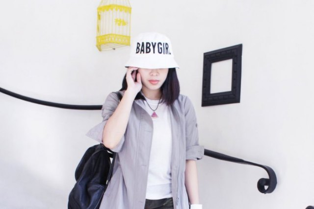 white bucket hat with grey boyfriend shirt and jeans