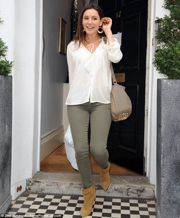 e7646b7062 How to Wear Olive Green Jeans  15 Refreshing   Stylish Outfits for ...