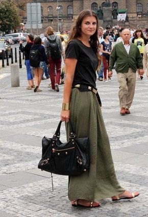cd84e5282c How to Style Long Khaki Skirt  15 Stylish Street Outfit Ideas - FMag.com