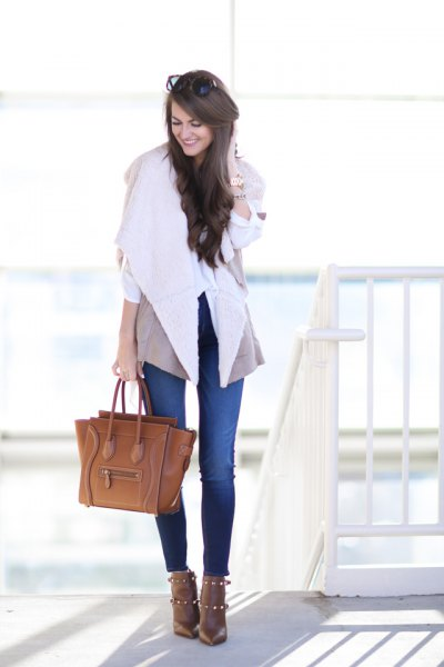 blue skinny jeans and brown leather purse