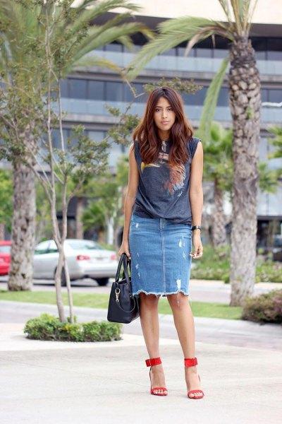 grey sleeveless print tee with ripped denim skirt