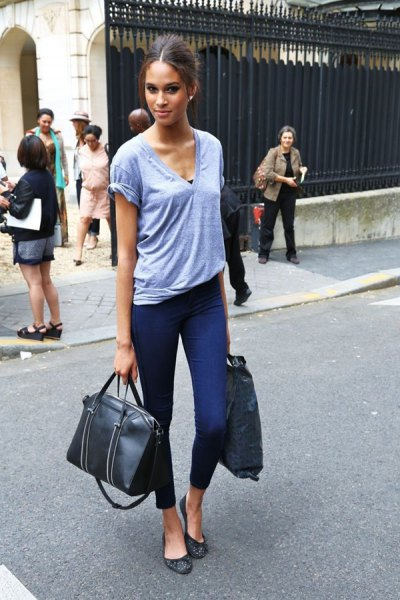 grey v neck t shirt with cropped skinny jeans and black leather ballet flats