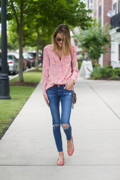 pink floral blouse with blue ripped skinny jeans