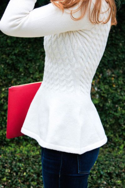 white cable knit sweater with dark blue skinny jeans