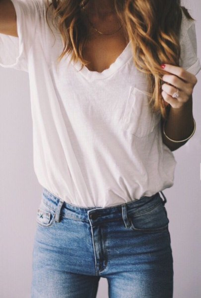 white pocket front tee with blue skinny jeans