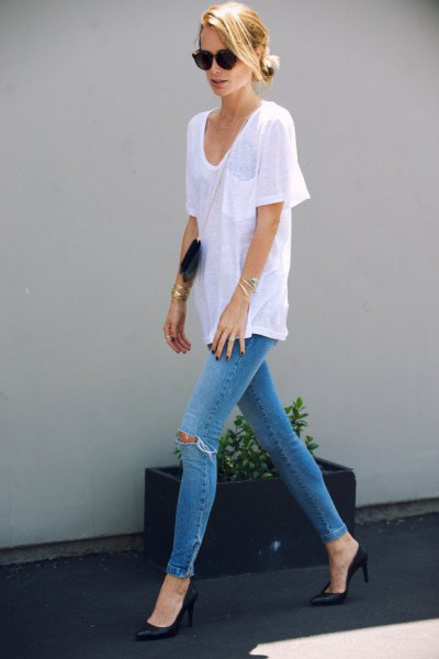 white v neck oversized t shirt with light blue ripped skinny jeans