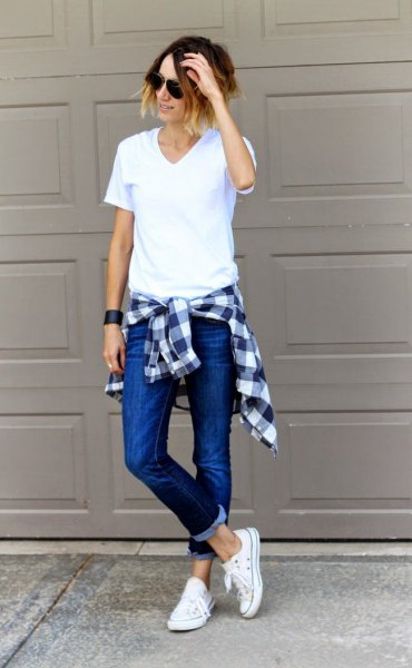white v neck t shirt with skinny jeans and plaid boyfriend shirt