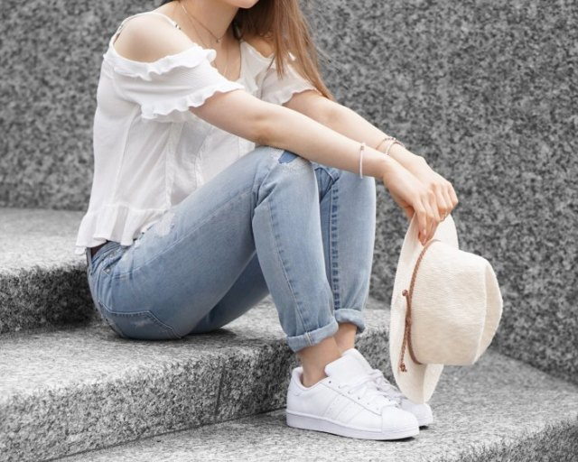 light blue cuffed jeans and pale pink felt hat