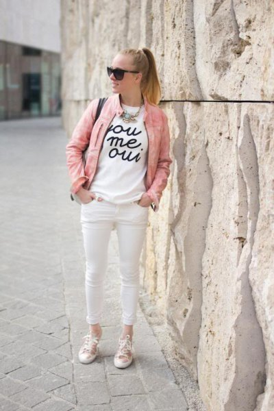 white print tee and skinny cropped jeans