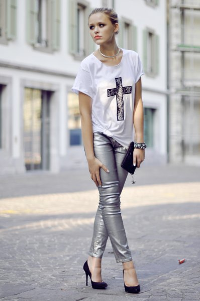 white print tee with silver skinny jeans