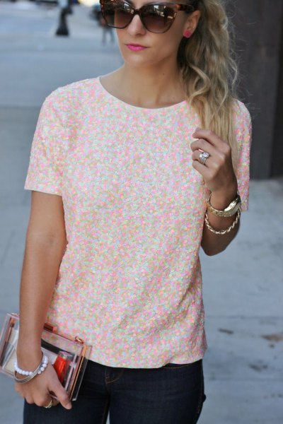 white and peach patterned short sleeve blouse with black skinny jeans