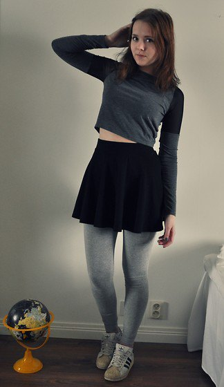 grey cropped long sleeve tee with leggings and white sneakers