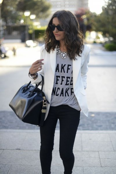 grey message tee with white blazer jacket and black skinny jeans