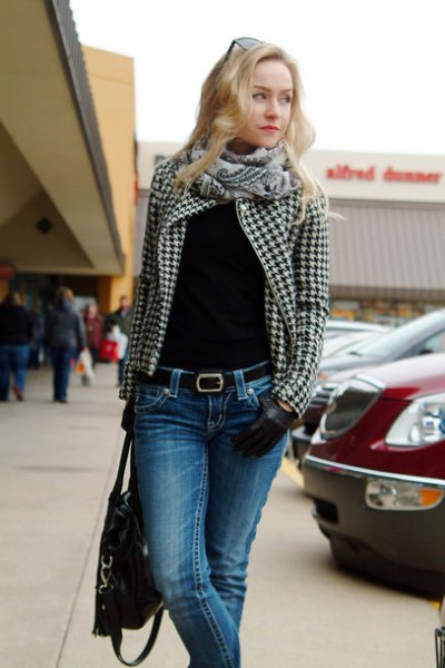 black and white checkered blazer with blue skinny jeans
