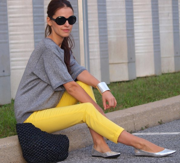 grey t shirt with yellow cropped skinny pants