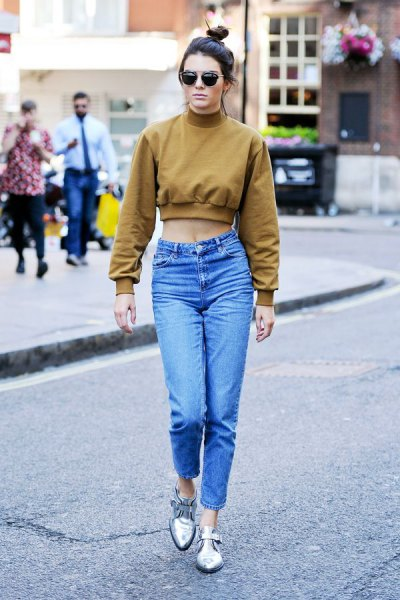 green cropped mock neck sweatshirt with blue high waisted mom jeans