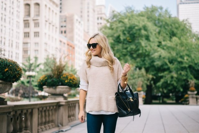 pale pink turtleneck short sleeve ribbed sweater with dark jeans