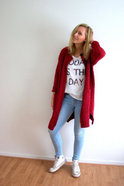 red longline cardigan with white graphic t shirt and light blue skinny jeans