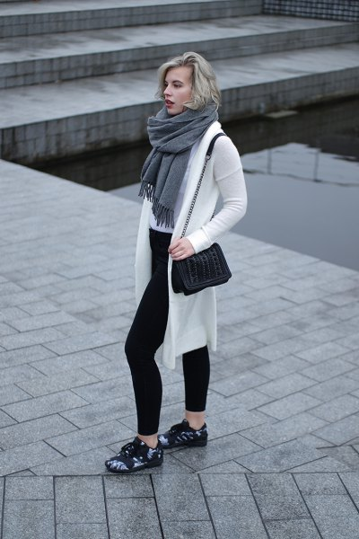 white longline cardigan sweater with grey fringe scarf and black skinny jeans