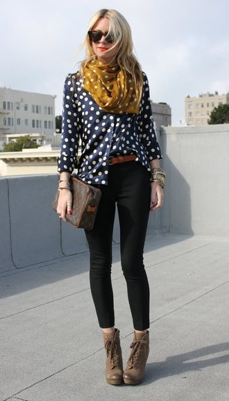 dark blue and white polka dot blouse with black skinny jeans