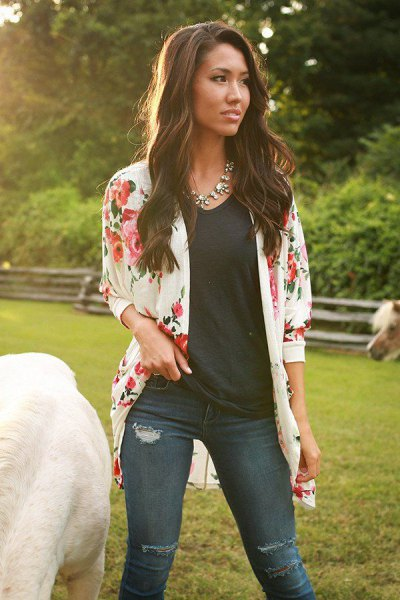 pale pink floral cardigan with black t shirt with dark skinny jeans
