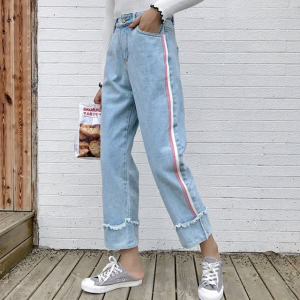 white sweater with light blue pleated cropped jeans and grey canvas sneakers