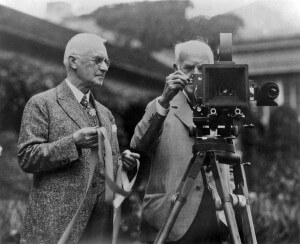 George Eastman, a sinistra con in mano una pellicola, e Thomas Edison