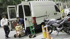 El 23 de noviembre, una camioneta Trafic que no pertenece a la Secretaría fue la encargada de la mudanza de expedientes.