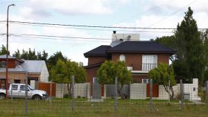 Cristina Kirchner vive en un chalet por el que la firma Los Sauces pagó 250.000 dólares. Le compró la propiedad a Negocios Patagónicos S.A., sociedad vinculada a Osvaldo Sanfelice.