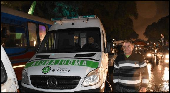 Un empleado municipal posa para Clarín en Aeroparque, junto a la ambulancia que espera a los militantes kirchneristas. La ambulancia que no tuvo Matias Terron vehículo sanitario de la Municipalidad de Avellaneda muerte por desidia